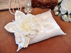 真っ白なダリアを、人気のサテン二葉とリボンで飾ったリングピローです。派手過ぎない装飾が大人っぽく、清楚な雰囲気に仕上がりました。土台部分はシャンタン。葉っぱは...|ハンドメイド、手作り、手仕事品の通販・販売・購入ならCreema。