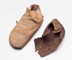 Bronzealderens sko og fodlapper:  Sko. Der er fundet rester af sko i både mands- og kvindegrave, f.eks. i Skrydstrupkvindens grav og i en mandsgrav fra Jels i Sydjylland. Skoene er fragmenterede, og det er vanskeligt præcist at beskrive deres form, men de minder om de sko, vi kender fra den tidlige del af jernalderen. De består af et enkelt stykke hud eller skind uden en egentlig sål. Skindet blev foldet omkring foden og holdt på plads af lædersnører. Fra yngre bronzealder stammer et komplet…