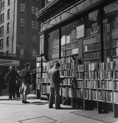Vintage London, Old London, I Love Books, Books To Read, People Reading, Library Posters, Library Bookshelves, London History, The Secret History