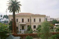 Mersin Atatürk Evi Müzesi-Mersin'in en önemli ve işlek caddelerinden biri olan Atatürk Caddesi üzerinde yer alan Mersin Atatürk Evi Müzesi, 1897 yılında dönemin Almanya Konsolosu Bay Christman için yaptırılmış. Mimarı bilinmeyen yapının ismi zamanla halk arasında Krizman Konağı olarak isimlendirilmiş.  Ulu Önder Atatürk ve eşi Latife Hanım, 20 Ocak-2 Şubat 1925 tarihleri arasında Mersin'i ziyaret etmiş ve on bir gün boyunca şimdi müze olan bu binada kalmış.