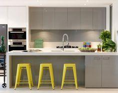Pelēkas un dzeltenas virtuves mēbeles. Akriluks fasādes.