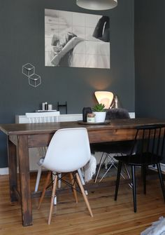 Esszimmer Inspiration   dunkle Wand, Vintage Esstisch, Eames, skandinavisch