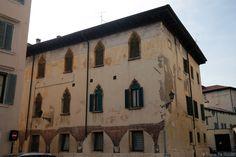 Vérone - Façade et fenêtres bâtiment de la Piazza du Vicolo Broilo Verona