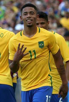 """Guardiola destaca """"cheiro de gol"""", mas fala em usar Gabriel Jesus como ponta"""