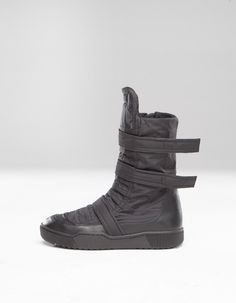 padded 2 face heavy mac high tops,closing by zipper and straps Hooded Cardigan, Wrap Cardigan, Black Shepherd, All Black Sneakers, High Top Sneakers, Futuristic Shoes, Apocalyptic Fashion, Mens Boots Fashion, Sneaker Boots