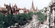 Cuando Otto von Bismarck planeó en 1873 el trazado de la Ku'damm, el canciller alemán puso el listón muy alto y se inspiró en los Champs Elysées de París. La capital alemana sufría de complejo de inferioridad. Era una metrópolis advenediza que había aspirado demasiado tarde a formar parte de las grandes capitales culturales europeas. Como resultado, la Ku'damm se convirtió en una especie de avenida de nuevos ricos, con edificios pomposos y de dudoso gusto. Via Mediacenter-Tagesspiegel