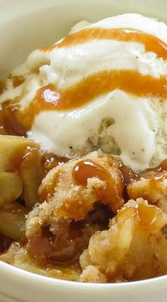 Caramel apple crisp filled with gooey homemade caramel, apples and topped with a buttery crumb topping! Cooked Apples, Fresh Apples, Caramel Apple Crisp, Caramel Apples, Just Desserts, Delicious Desserts, Dessert Recipes, Apple Tv, Caramel Treats
