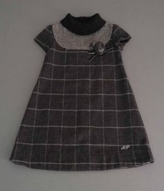 Mariquita Pérez. Vestido de paño de lana gris con flor