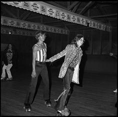 Dopo esser rimaste chiuse in un cassetto per quasi mezzo secolo, le fotografie in cui Bill Yates immortala lo Sweetheart Roller Skating, una vecchia pista da pattinaggio nella periferia della Florida, sono stata finalmente pubblicate in un libro.