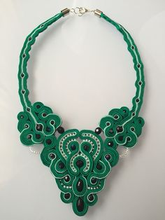 Collar verde esmeralda
