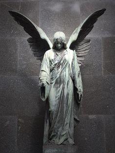 Ангелы-Хранители - считается, что они сопровождают нас в течение всей жизни, оставаясь незримыми.