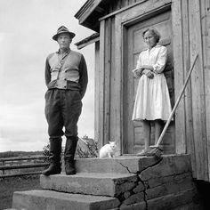 Ismo Hölttö. Mature couple with white cat, 1967, Northern Karelia.