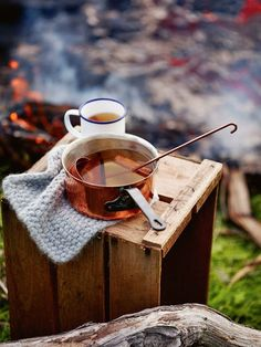 mulled cider Enjoy the autumn sun with this great and easy recipe for mulled cider!Enjoy the autumn sun with this great and easy recipe for mulled cider! Milk Shakes, Momento Cafe, Fall Inspiration, Interior Inspiration, Café Chocolate, Fall Drinks, Thanksgiving Drinks, Think Food, Autumn Cozy