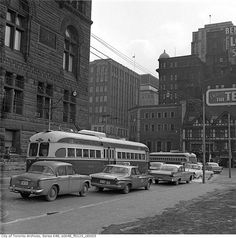 A visual history of Toronto taxis Toronto Pictures, Toronto Ontario Canada, Vintage New York, Old Building, Historical Pictures, Public Transport, Busses, Street View, History