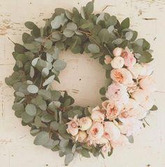Eukalyptus und Pfingstrosen Eucalyptus and peonies Wedding Wreaths, Wedding Flowers, Wedding Decorations, Decor Wedding, Blush Pink Christmas Decorations, Floral Decorations, Deco Floral, Arte Floral, Holiday Wreaths