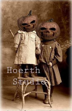 There is nothing more creepy than vintage Halloween pics. These will make good swaps for all of our pictures during Halloween season. Retro Halloween, Spooky Halloween, Photo Halloween, Fröhliches Halloween, Holidays Halloween, Halloween Pumpkins, Halloween Decorations, Halloween Costumes, Vintage Halloween Photos