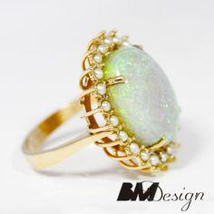 Pierścionek z opalem naturalnym i perłami wykonany w żółtym złocie.