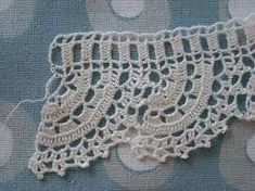 This Pin was discovered by HUZ Crochet Dollies, Crochet Lace Edging, Crochet Borders, Crochet Stitches Patterns, Crochet Trim, Filet Crochet, Love Crochet, Crochet Yarn, Stitch Patterns