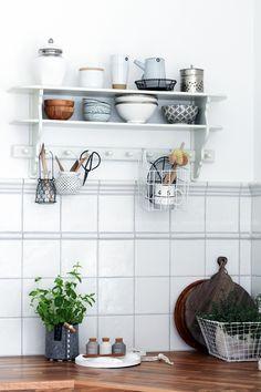 kitchen details white and wood kleine kuche stauraum geldgeschenke