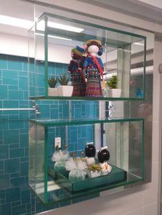 Nichos em vidro incolor e espelhos! Detalhe de projeto de reforma em banheiro social...