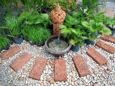 gartengestaltung mit steinen weg ziegelstein kies wasserspiel brunnen pflanzen