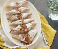 Kip briwat lijkt op de Marokkaanse kip bestilla maar dan in het klein en in de vorm van een driehoekje. Een heerlijke combinatie van zoet en hartig.