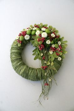 wrap wreath form with grasses/green raffia. Add fruits and flowers. Deco Floral, Arte Floral, Floral Design, Christmas Flowers, Christmas Wreaths, Christmas Decorations, Funeral Arrangements, Flower Arrangements, Art Floral Noel