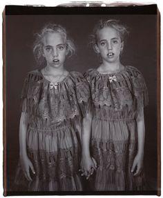 Mary Ellen Mark in NYTimes. Gorgeous but ersatz Diane Arbus. Mary Ellen Mark, Diane Arbus, Vintage Children Photos, Vintage Twins, Vintage Photos, Antique Photos, Costume Halloween, Simple Portrait, Twin Girls