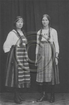 Kaksi naista kansallispuvussa valokuvaamossa, 1917 | Ilomantsin Museosäätiö, numero 50:496