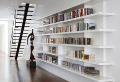Moderne witte boekenplanken. Mooi strak zeg deze boekenkast! Volgens mij is zoiets ook prima te maken met gewone witte planken. Of zou dat toch minder mooi worden?