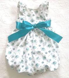 Cueiro de sarja branco com flores azuis turquesa / petróleo com opção de laço de cetim azul ou branco - White serje baby romper with ocean/turquoise blue flowers