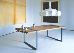 table salle à manger en bois massif et métal par Zanotta, suspension design et tableau décoratif