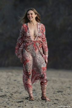 Pin for Later: The Weekend's Must-See Snaps! Elizabeth Olsen had her smile and cleavage on display at her photo shoot in Malibu, CA, on Friday. Olsen Sister, Elizabeth Olsen Scarlet Witch, Jenifer Aniston, Ashley Olsen, Woman Crush, Beautiful Celebrities, Sexy Women, Celebs, Glamour