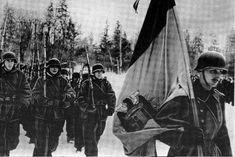 fitiLa División Azul en formación marcha por la nieve hacia el frente. Todos los soldados llevan al hombro un rifle Mauser. El que va en cabeza es un portaestandarte con la bandera nacional de España en la que destaca el Águila Imperial.