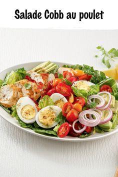 Débordante de fraîcheur, cette salade-repas garnie de poulet, d'œufs et de bacon promet de vous en boucher un coin et de bien vous soutenir. Bacon, Salads, Chicken, Recipe, Cobb Salad, Pork Belly