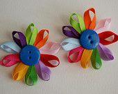 Items similar to Satz von zwei Daisy Pfadfinderin Blume Blütenblatt Hairclips on Etsy