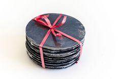 #pizarras #platitos #posavasos #pack #box #navidad venta ONLINE en www?plarosypizarras.com Coasters, Navidad Ideas, Deco, Personalized Gifts, Natural Stones, Christmas Gifts, Restaurants, Chalkboards, Deko