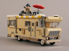 The Walking Dead Lego Winnebago. Is that Dale on top? Walking Dead Lego, Fear The Walking Dead, Cool Lego Creations, Lego Design, Lego Models, Lego Projects, Stuff And Thangs, Custom Lego, Lego Building