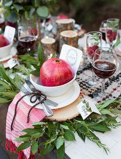Der Advent steht vor der Tür und mit ihm ziehen wieder sattes Grün und kräftiges Rot ein. Statt Tannenzweigen und Kerzen stimmen Lorbeerzweige und Granatäpfel auf die Festtage ein (Foto und Idee: ruffledblog.com)