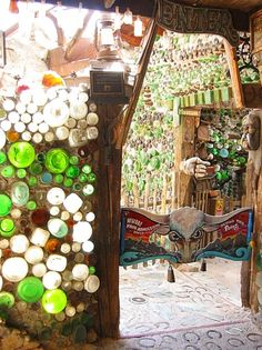 I want to find a way to make a small bottle wall in the grandchildren's fairy hut.wouldn't a glass bottle wall be cool in a treehouse Bottle House, Bottle Wall, Bottle Trees, Tadelakt, Earth Homes, Natural Building, Recycled Glass, Recycled Bottles, Bottle Crafts