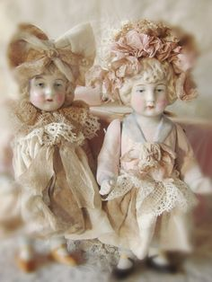 Hay lieve lezers, Hier een post over mijn oude popjes... Ik heb deze beeldschone popjes aangekleed en een mooi mutsje of stri...
