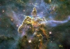 La montagne mystiqueDigne d'une œuvre d'art contemporain, cette photographie représente un gigantesque ensemble de gaz brûlants et de poussières, situé à 7 500 années-lumière de la planète Terre. Baptisée «la montagne mystique», cette colonne longue de trois années-lumière se trouve dans la région de la nébuleuse de la Carène. La masse énorme, travaillée par les forces cosmiques, donne naissance à des étoiles.