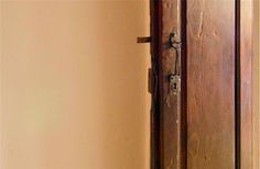 L'antica porta di casa che proteggieva il focolare domestico dall'esterno. Fanano - Ospitale