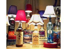 Com uma garrafa de bebida você também pode fazer o seu próprio abajur. Neste link, você pode conferir o passo a passo. Escolha a garrafa com o design que mais combina com seu quarto, selecione uma cúpula bonita e fala você mesmo.