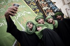 Des musulmans chiite de Bahreïn posent pour un selfie lors de la cérémonie d'Ashura, qui commémore le meurtre de l'imam Hussein, le petit-fils du prophète Mohammed, au VIIe siècle, dans le village de Sanabis dans l'ouest de Manama, le 4 novembre. MOHAMMED AL-SHAIKH/AFP / Getty Images