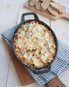Deze Provençaalse ovenschotel met courgette en gehakt is makkelijk, verwarmend en ontzettend lekker. Fijn om te dippen met brood. Hier word je blij van! Good Food, Yummy Food, Cheeseburger Chowder, Macaroni And Cheese, Main Dishes, Clean Eating, Food And Drink, Cooking Recipes, Lunch