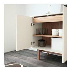 IKEA - STOCKHOLM, Sideboard, beige, , Drucköffner verstärken den klaren, schlichten Stil des Möbelstücks, da keine Knöpfe und Griffe benötigt werden.Das Sideboard hat zwei geräumige Schubladen und einen versetzbaren Boden aus Nussbaumfurnier und Massivholz.Höhenverstellbare Fußkappen sorgen für Standfestigkeit auch bei unebenem Boden.