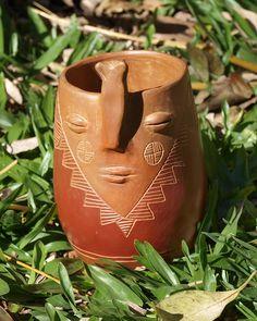 Vaso con modelado, pintado con engobes y esgrafiado. Ceramica Artistica Ideas, Clay Faces, Pottery Sculpture, Ceramics Projects, Ceramic Clay, Flower Pots, Cactus, Planter Pots, Creations