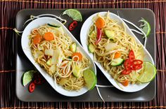 gebratene Nudeln aus dem Wok Wok, Zucchini, Tacos, Cooking Recipes, Ethnic Recipes, Carrots, Meal, Food Portions, Easy Meals