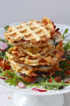 mini waffles and chicken ; mini waffles and chicken appetizers ; mini waffles on a stick Easy Cooking, Cooking Recipes, Waffle Pizza, Wie Macht Man, Minis, Pancakes And Waffles, Other Recipes, Street Food, Summer Recipes